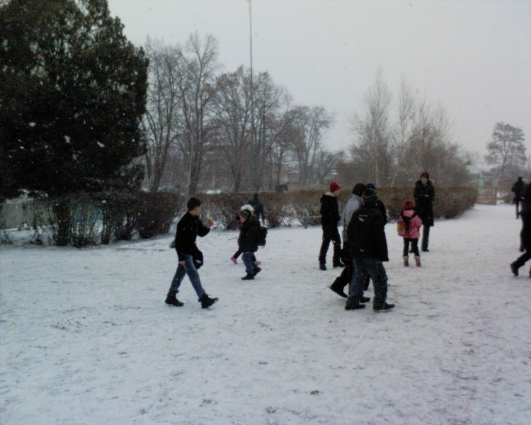 Діти радіють снігу